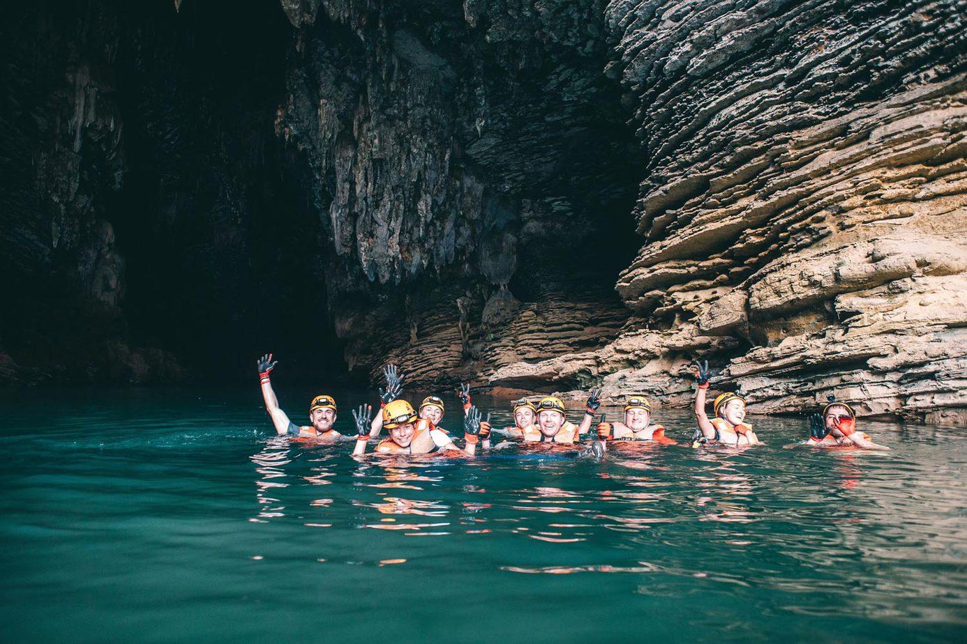 Bơi trong làn nước xanh mát trong lòng Hang Ken sẽ là một trải nghiệm tuyệt vời cho bạn.
