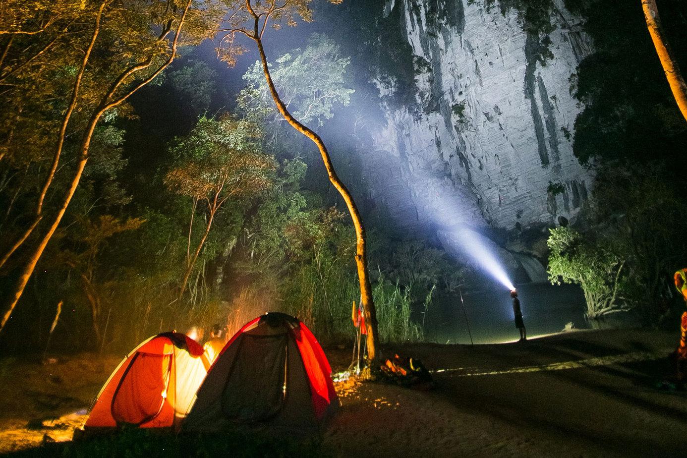 Bãi cắm trại Tú Làn vào đêm giữa núi rừng.