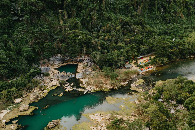 Khu cắm trai Hang Tiên 1 xinh đẹp nằm cách hồ nước xanh mát.