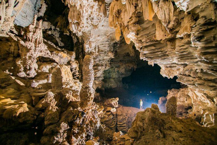 Vẻ đẹp kỳ vĩ của những khối đá thạch nhũ trong Hang Ken, nơi được mệnh danh là một trong những hang động đẹp nhất Tú Làn.