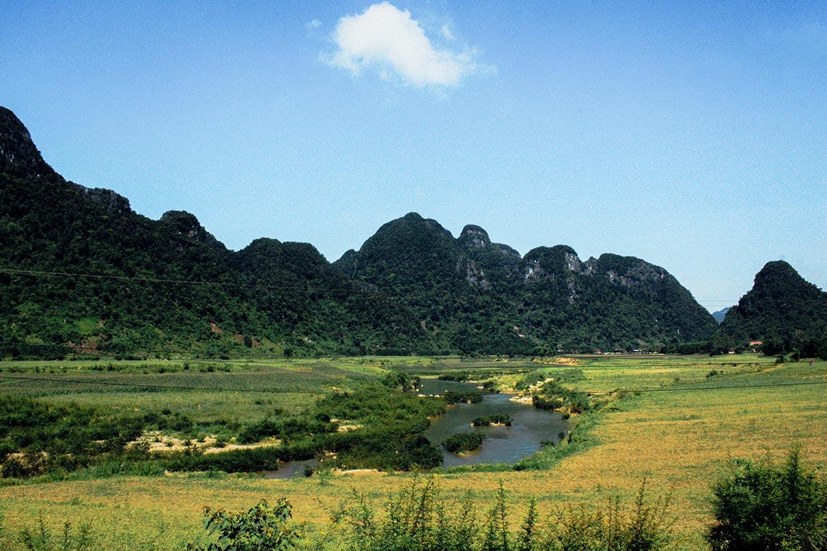 Sông Rào Nan - Tân Hóa hiền hòa, yên bình nằm giữa những ngọn núi.