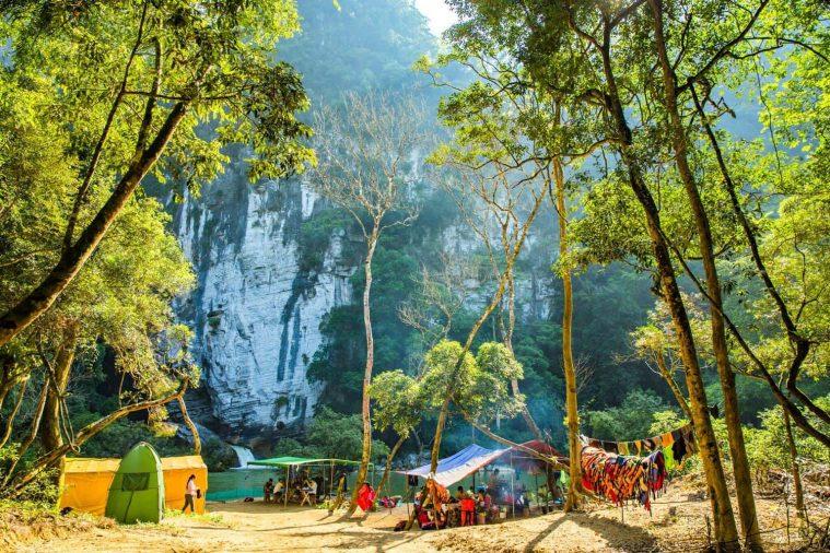 Bãi cắm trại Tú Làn nằm giữa khung cảnh thiên nhiên rừng núi thơ mộng là điểm nghỉ chân qua đêm của khách du lịch.