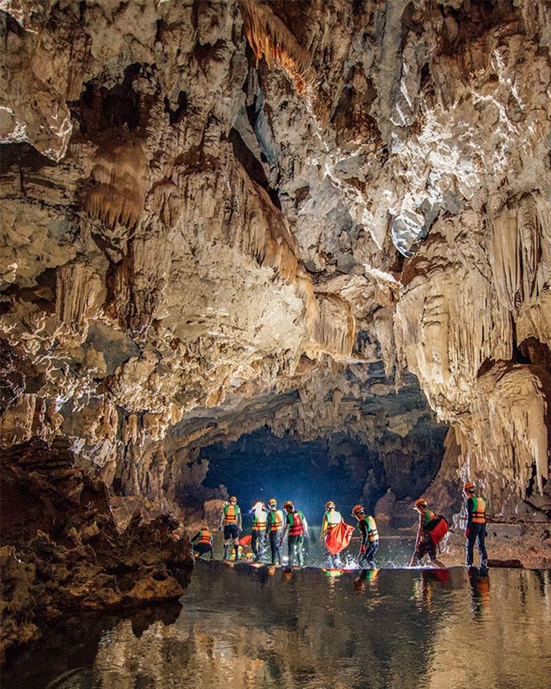 Đoàn người đang khám phá hệ thống hang động Tú Làn tại Tân Hóa, Quảng Tri