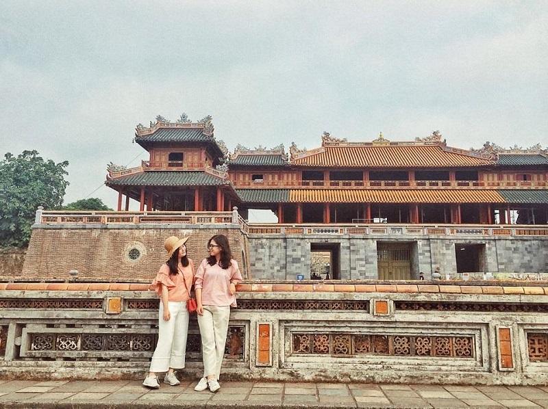 Hai cô bạn đang đứng trước cửa Ngọ Môn Huế