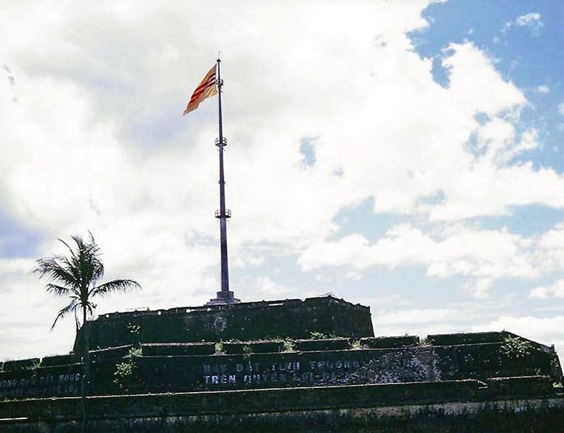 Ngọn cờ Kỳ Đài nơi treo cờ triều đình ở Kinh thành Huế