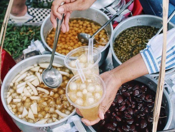 Đặc trưng của chè cung đình Huế đó là những món dân dã làm từ các loại hạt, đậu thiên nhiên. Những loại chè bạn nên thử là chè nhãn, chè hạt sen, chè môn sáp vàng, chè heo quay,...