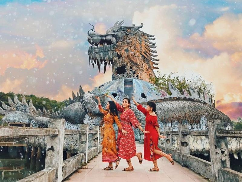 Ba bạn nữ đang tạo dáng chụp hình ở hồ Thủy Tiên