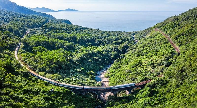 Tàu Đà Nẵng Huế đi qua đèo Hải Vân nhìn từ trên cao