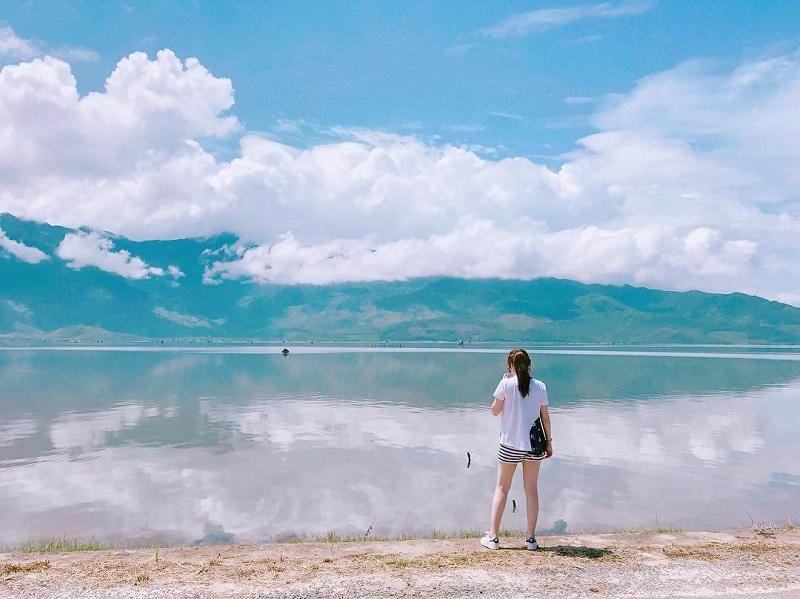 Bạn nữ đứng trước cảnh biển Lăng Cô trải dài