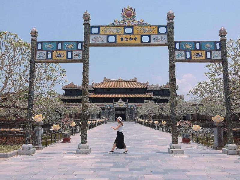 Trước cổng điện Thái Hòa Kinh thành Huế
