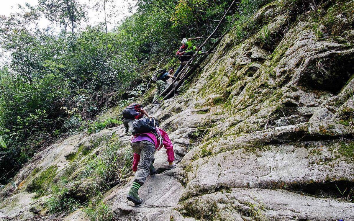 ác phượt thủ leo qua những dốc núi đá lên đỉnh Nam Kang Ho Tao