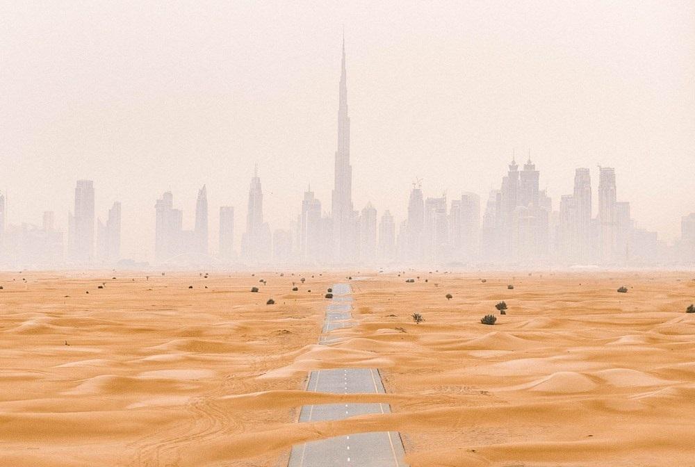 Khung cảnh giữa những tòa nhà cao tầng với sa mạc