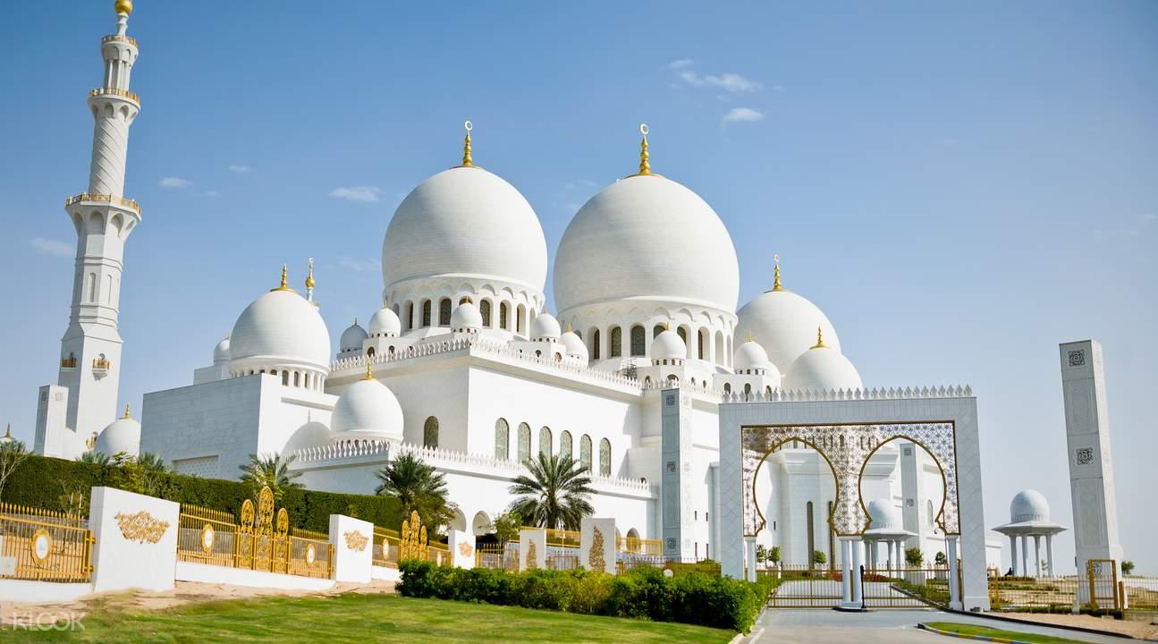 Thánh đường Hồi giáo Jumeirah với màu trắng nổi bật