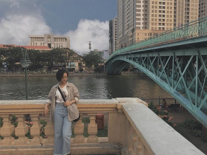 Cầu Mống là một cây cầu bắc qua kênh Bến Nghé, nối liền giữa Quận 1 và Quận 4