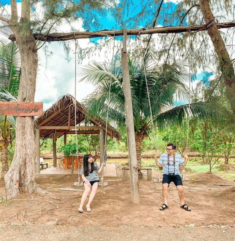 Hai bạn trẻ ngồi ở xích đu trong khuôn viên sân chim Vàm Hồ
