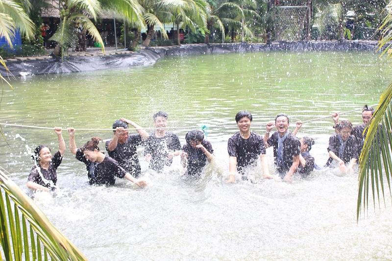 Các bạn trẻ cười tươi chụp ảnh ở khu du lịch Phú An Khang