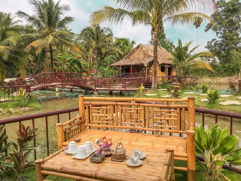 Bộ bàn ghế bằng tre là nơi nghỉ dưỡng giữa không gian xanh mát