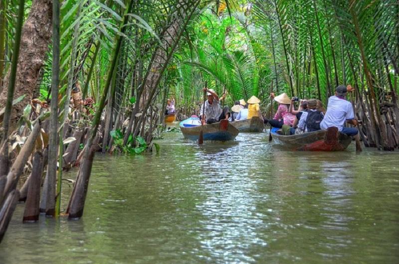 Thuyền chở du khách tham quan các con kênh dừa nước