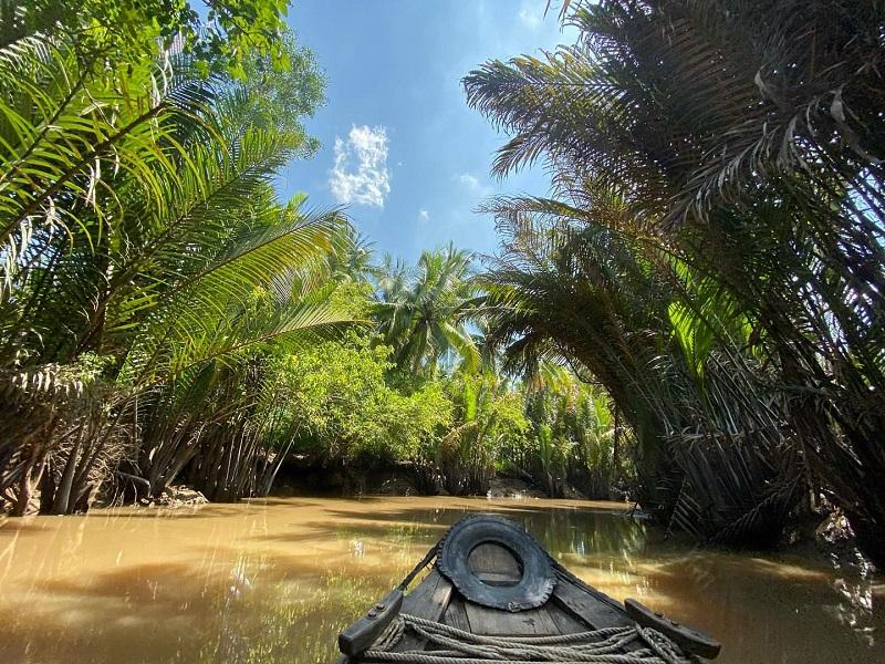 Đi thuyền tham quan con kênh hai hàng dừa nước xanh mát
