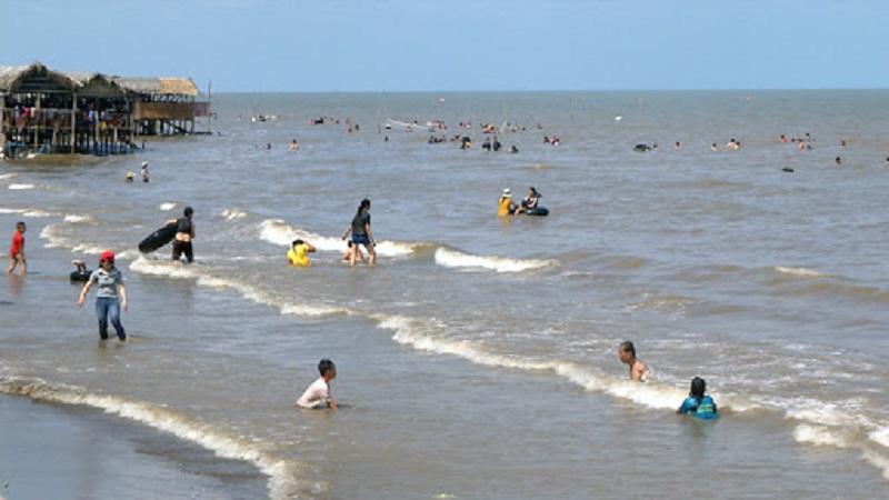 Nhiều người dân xuống tắm mát ở biển Cồn Bửng