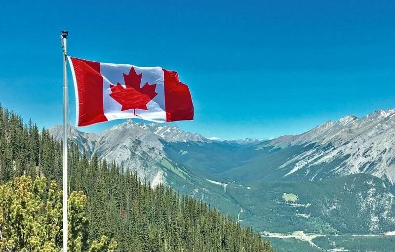 Lá cờ Canada tung bay trên đỉnh núi
