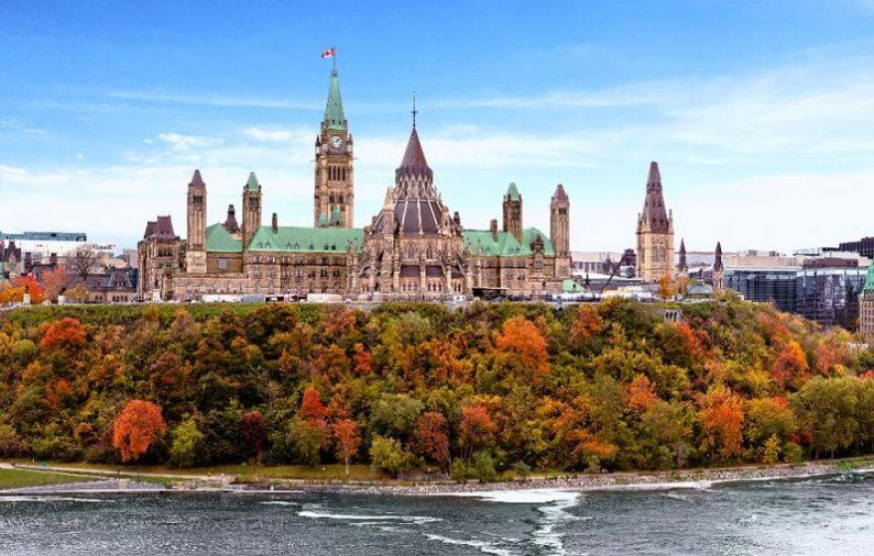 Điểm đến tiếp theo là Kingston, khám phá 1000 hòn đảo thiên nhiên tuyệt đẹp bằng thuyền. Buổi chiều, bạn di chuyển đến thủ đô Ottawa để tham quan Nhà thủ tướng và Tòa thị chính.