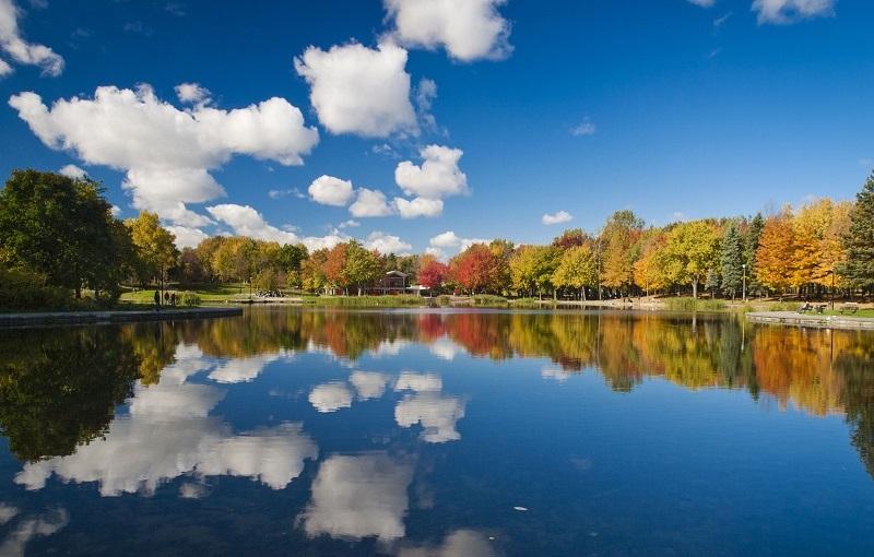Những hàng cây lá đỏ soi bóng xuống mặt hồ