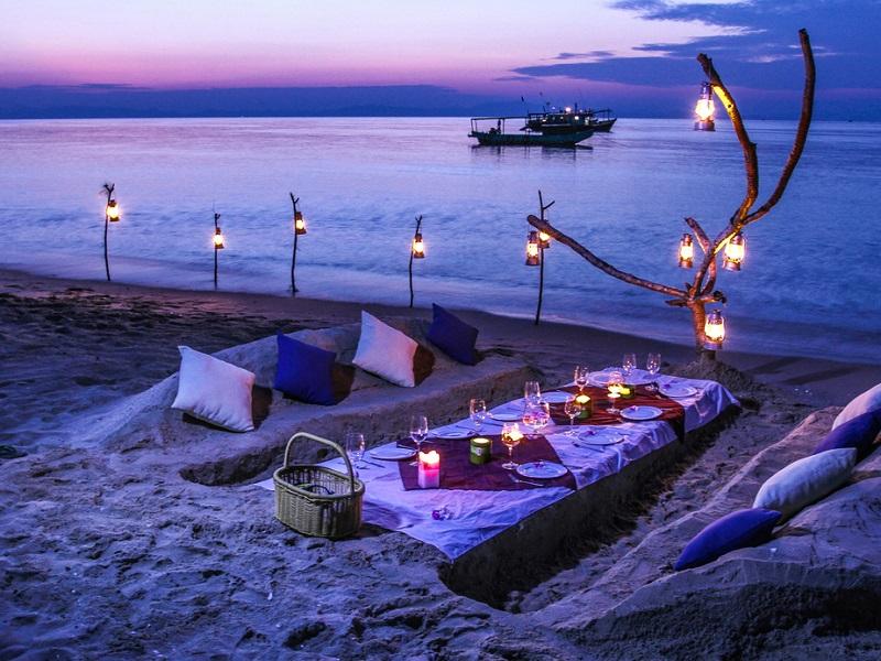 Bộ bàn ghế làm từ cát lãng mạn ở đảo Cô Tô con