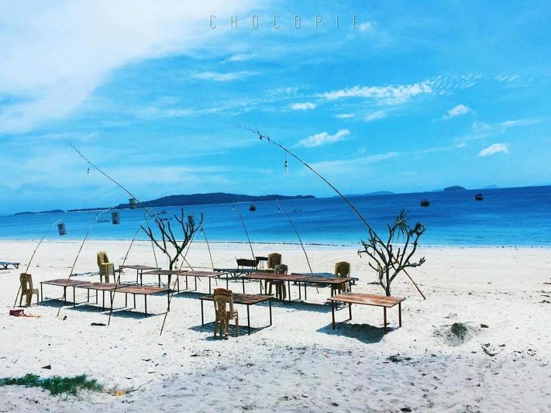 Bãi cát trắng mịn ở Hồng Vàn với bộ bàn ghế xinh xắn