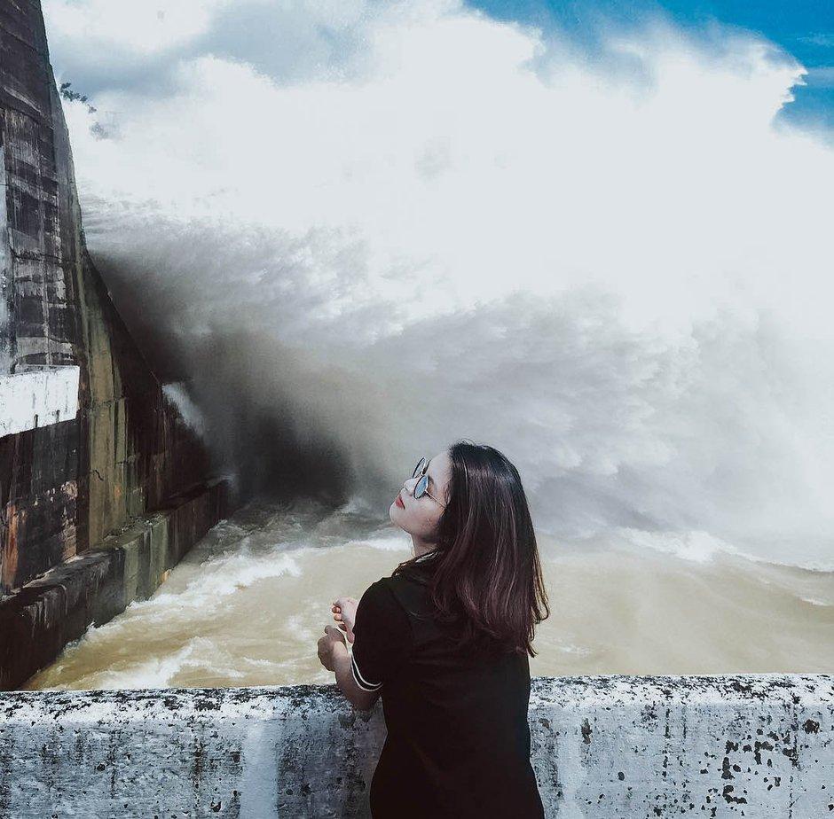 Bạn nữ chụp ảnh tại đập thủy điện Hòa Bình
