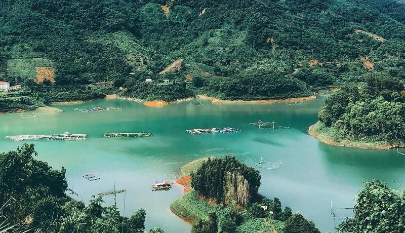 Đến Thung Nai, bạn sẽ được thỏa thích bơi lội giữa dòng nước xanh mát trong hồ hay thử sức mình chèo thuyền để khám phá cảnh hồ. Cảm giác được ngồi giữa mênh mông nước, xung quanh là đại ngàn hùng vĩ sẽ khiến bạn vô cùng thích thú.
