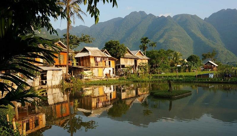 Về vị trí địa lý, Hòa Bình thuộc khu vực Tây Bắc Bộ của Việt Nam. Cũng giống như Ninh Bình là một tỉnh cửa ngõ, Hòa Bình cũng là tỉnh nằm giữa 3 khu vực là: Tây Bắc Bộ, Đông Bắc Bộ và Bắc Trung Bộ.