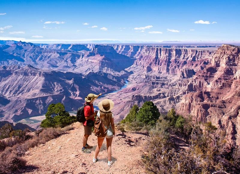 Hai vị khách du lịch đứng ở hẻm núi Grand Canyon