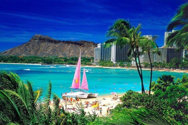 Waikiki nằm trên đảo Oahu của Hawaii, nơi đây được biết đến là vùng ngoại ô Honolulu với những bãi biển nhiệt đới xanh ngắt trải dài.