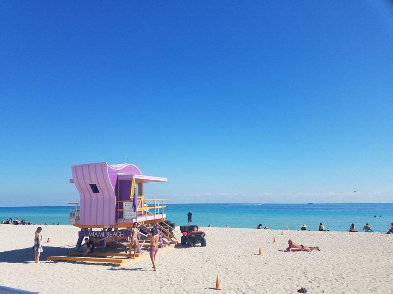 Nhiều người nghỉ dưỡng, vui chơi trên bãi cát bờ biển Miami