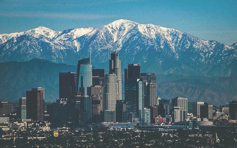 Khung cảnh thành phố Los Angeles phía sau là dãy núi phủ tuyết trắng