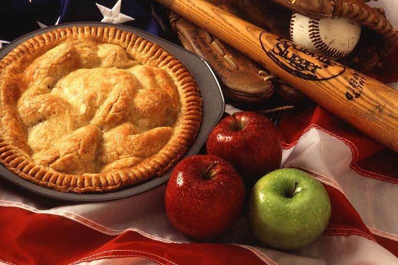 Món bánh táo nướng với những quả táo ngon lành bên cạnh
