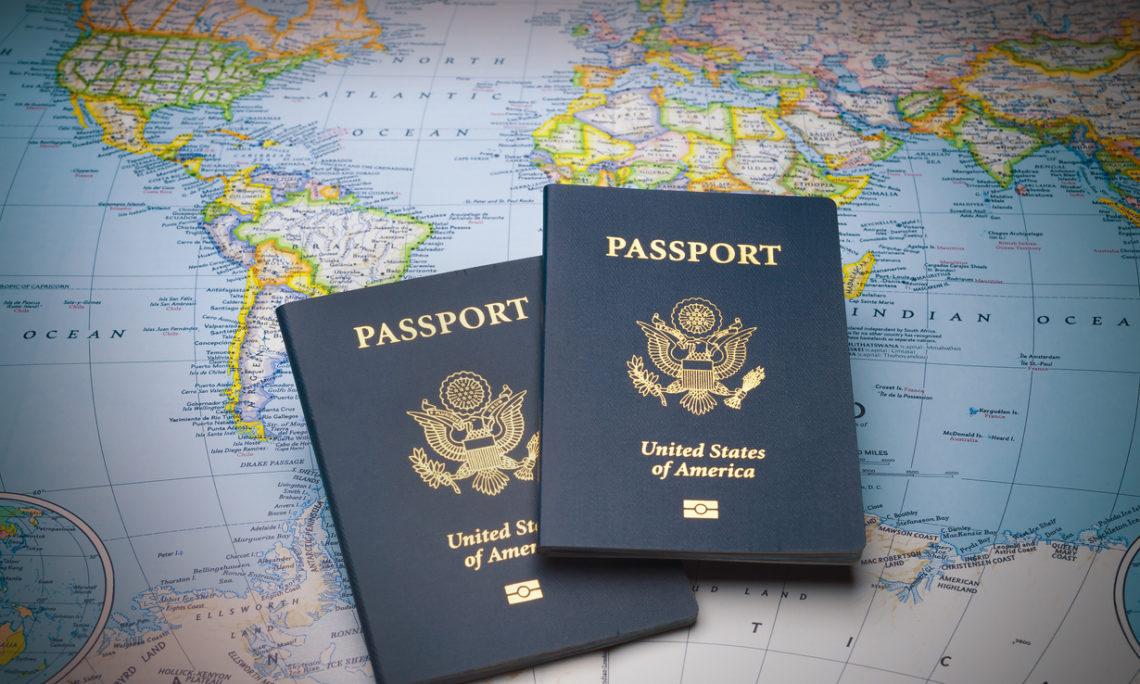Hai chiếc visa Mỹ nằm trên tấm bản đồ thế giới