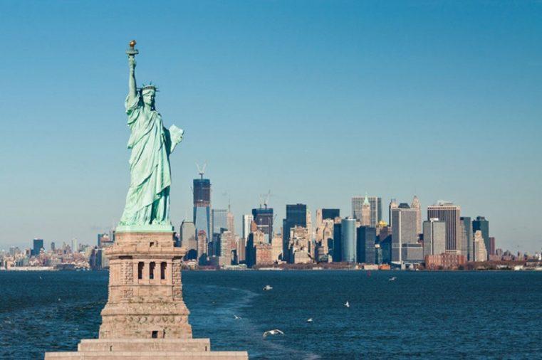 New York là một trong những thành phố sầm uất, hiện đại bậc nhất với vô vàn địa điểm du lịch nổi tiếng, đặc biệt là tượng Nữ thần Tự Do.
