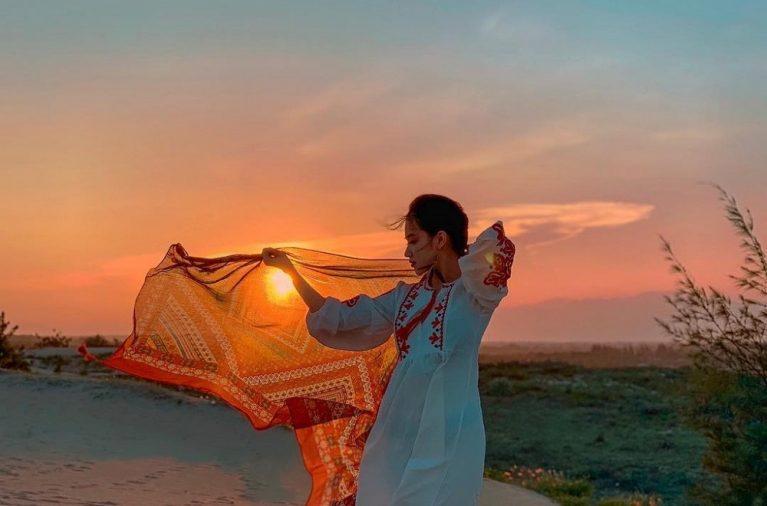 """Còn gì tuyệt bằng được chạy nhảy trên một đồi cát vàng trải dài, rồi chụp những bức ảnh đậm chất """"con đường tơ lụa"""" tại đồi Nam Cương?"""