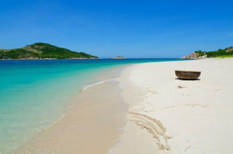Bãi biển Ninh Chữ đẹp như mơ chắc chắn sẽ thu hút bạn ngay từ giây phút đầu tiên đặt chân đến đây. Bãi cát trắng trải dài, biển trong xanh như thấy tận đáy xứng đáng cho một kỳ nghỉ mùa hè của bạn.