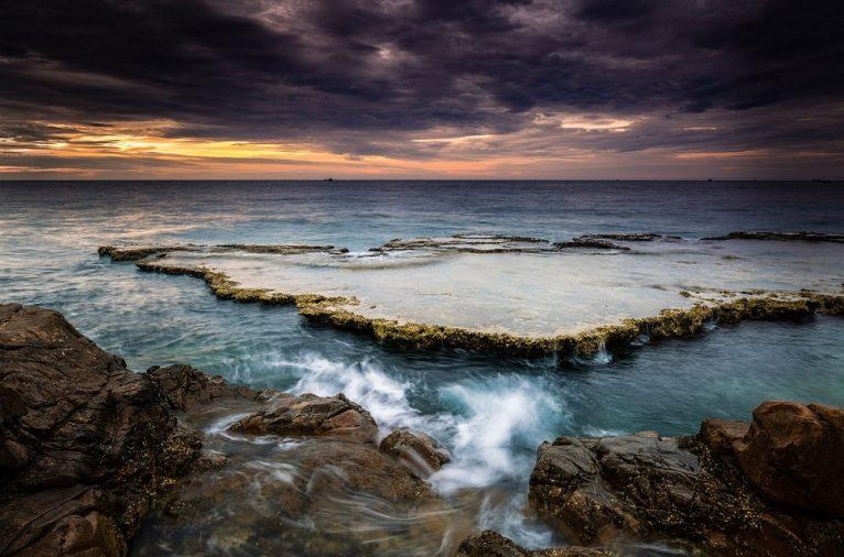 Hang Rái được ví như món quà của tạo hóa mang đến cho mảnh đất Ninh Thuận. Nơi đây gồm nhiều khối đá xếp chồng lên nhau tạo lên muôn vàn hình dạng kỳ thú bên bờ biển.