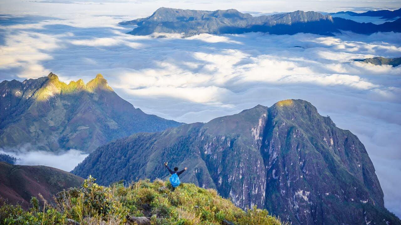 Đỉnh núi bạch mộc lương tử cao vời vợi, xung quanh bao phủ biển mây trắng bồng bềnh