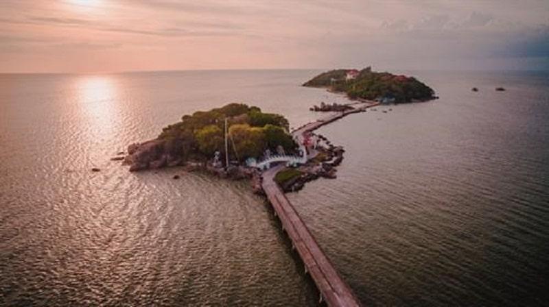 Các hòn đảo được bao phủ đầy cây nối với nhau bằng cầu