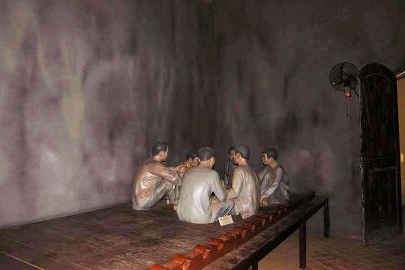 Những bức tượng người ngồi có