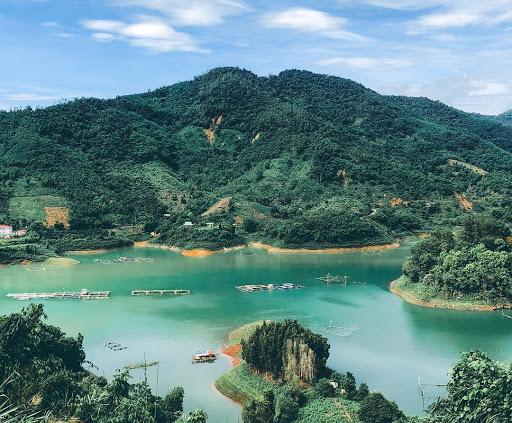 Con sông nước trong xanh giữa khung cảnh núi non trập trùng, rừng cây xanh ngát