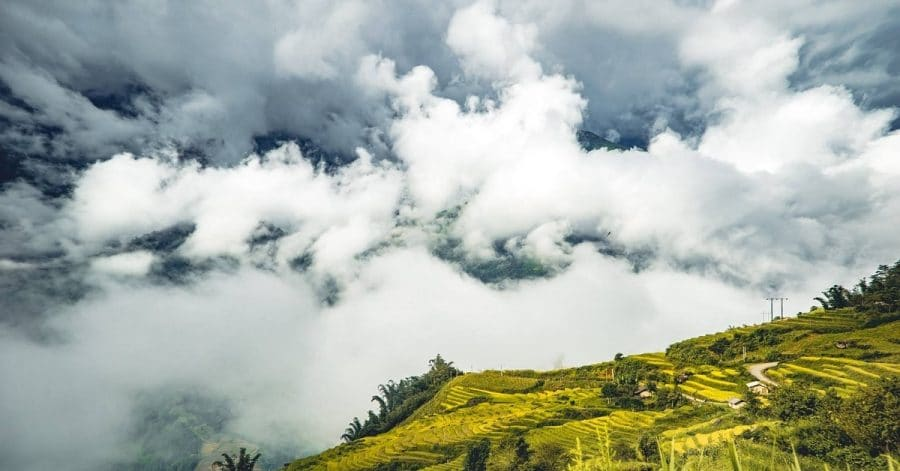Làng Y Tý và những thửa ruộng bậc thang vàng óng chìm trong sương trắng, mây mờ