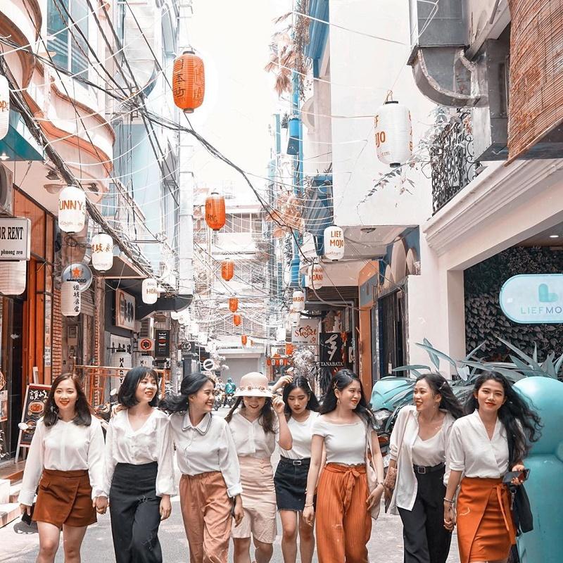 8 cô gái check in tại hẻm phố Nhật Bản