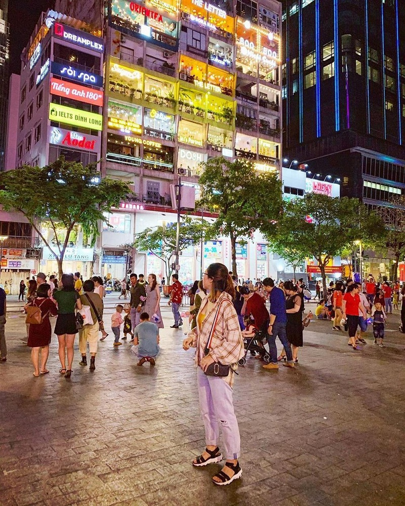 Phố đi bộ Nguyễn Huệ buổi tối