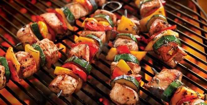 Chuẩn bị đồ ăn đi picnic với món thịt xiên nướng khá đơn giản